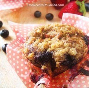 receta de muffins de linaza con cubierta crocante de almendras.